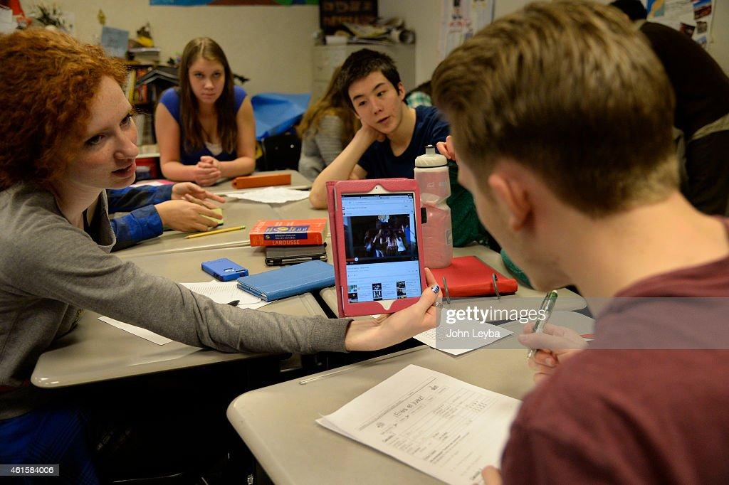 Monarch High School students on computers : Nachrichtenfoto