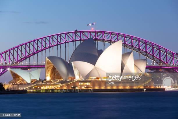 シドニー・オペラ・ハウス対シドニー・ハーバーブリッジ - シドニー・オペラハウス ストックフォトと画像