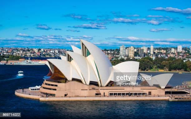 シドニーオペラハウス、太陽の下で - シドニー・オペラハウス ストックフォトと画像