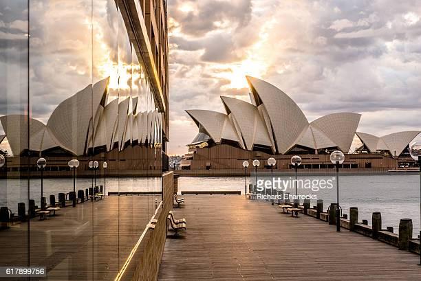sydney opera house sunrise - teatro de ópera fotografías e imágenes de stock