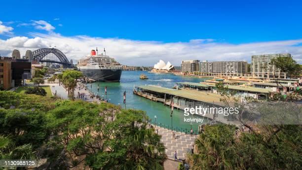 シドニー・オペラ・ハウス、クイーン・メアリー2、シドニー・ハーバー・ブリッジ、オーストラリア - rms クイーン メアリー 2 ストックフォトと画像