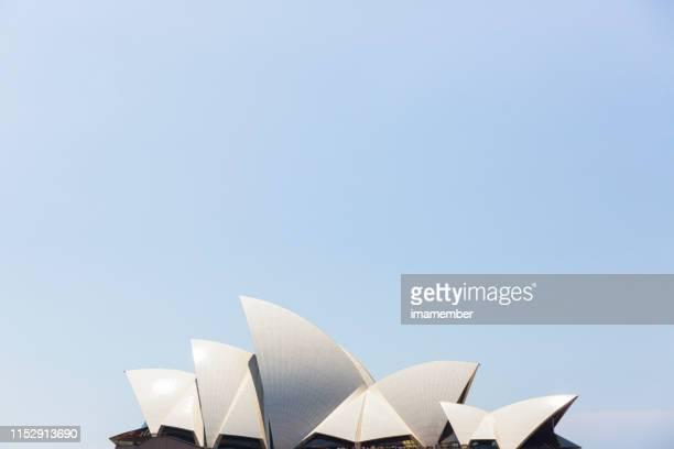 シドニーオペラハウス青い空に対する帆、コピースペースの背景 - シドニー・オペラハウス ストックフォトと画像
