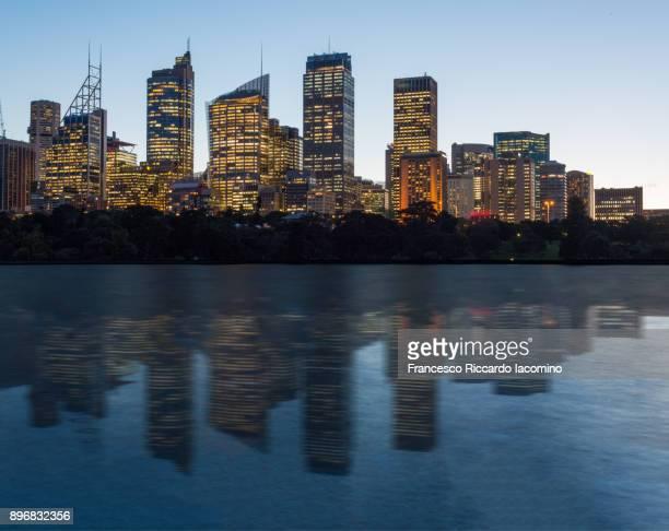 sydney skyline reflection - francesco riccardo iacomino australia foto e immagini stock