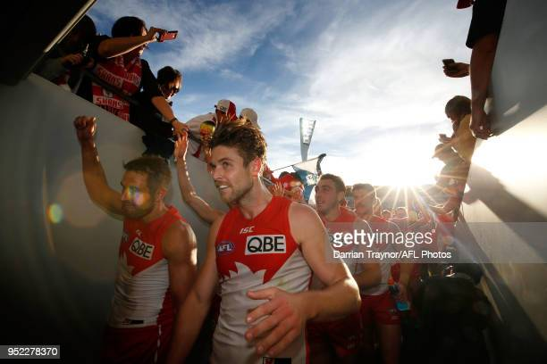 Sydney Swans players acknowledge their fans after the round six AFL match between the Geelong Cats and Sydney Swans at GMHBA Stadium on April 28,...
