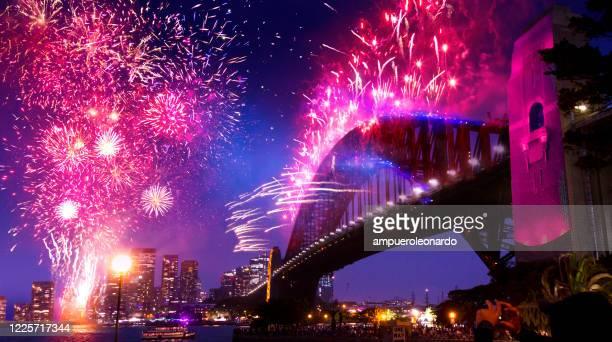 sydney's harbor bridge op 2020's jaarlijkse new year's eve vuurwerk welkomstshow - nieuwjaarsreceptie stockfoto's en -beelden