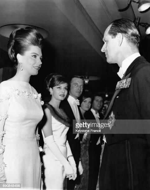 Sylva Koscina et le Prince Philip discutent avant la projection du film 'Move over Darling' à l'Odeon tandis qu'attendent pour être présentés au...