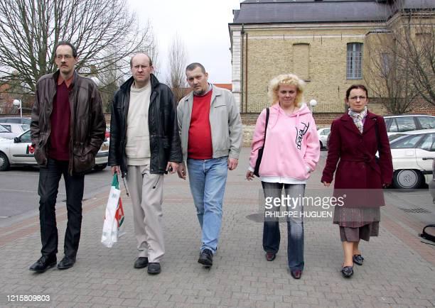 Sylvain D., Patrick D., Didier D., Madeleine V. Et Fabienne V. Quittent le tribunal de Saint-Omer le 14 avril 2006, après avoir été condamnés avec...