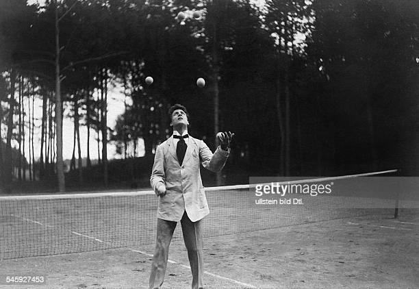 Sylvester Schäffer Jr*220118851949 Artist Akrobat Jongleur Schauspieler Djongliert auf dem Tennisplatz 1909veröffentlicht Berliner Illustrirte...