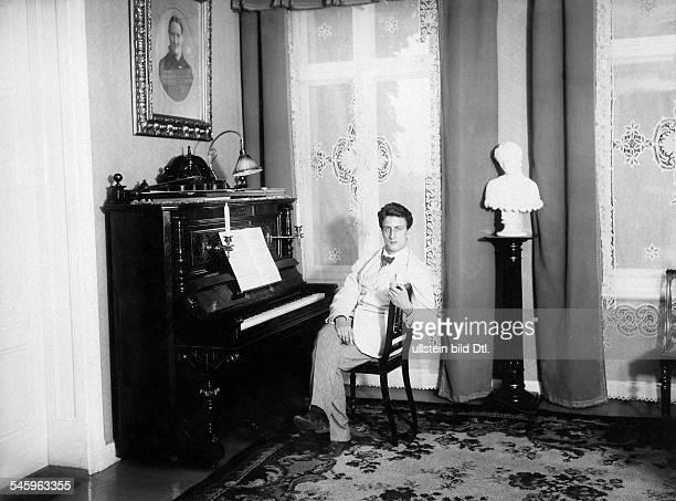Sylvester Schäffer Jr*220118851949 Artist Akrobat Jongleur Schauspieler Dsitzt am Klavier 1909Foto Conrad HünichFoto ist Teil einer Serie
