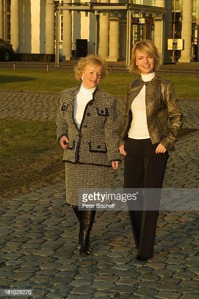Sylvia Agnes Muc Mutter Halina Muc Ausflug zum Grandhotel Schloß Bensberg BergischGladbach ParkAnlage Schauspielerin Prominente