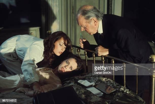 Sylvia Kristel, allongée, et Fernand Ledoux lors du tournage du film 'Alice ou la dernière fugue' réalisé par Claude Chabrol le 28 juillet 1976 à...