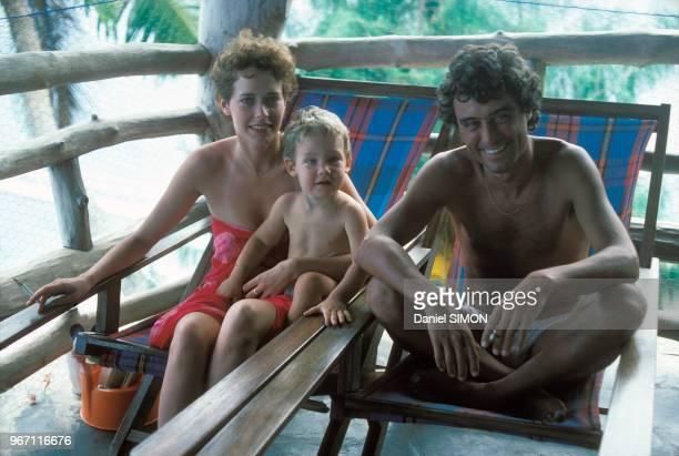 Sylvia Kristel son fils Arthur et son compagnon Ian McShane aux Seychelles le 27 avril 1977