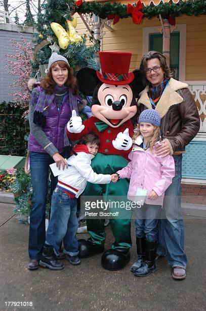 Sylvia Laubenbacher Ehemann Percy Hoven Sohn Taro Tochter Yuma Disneymitarbeiter als Micky Maus Eröffnung der Weihnachtssaison 2008 'Disneyland Park'...