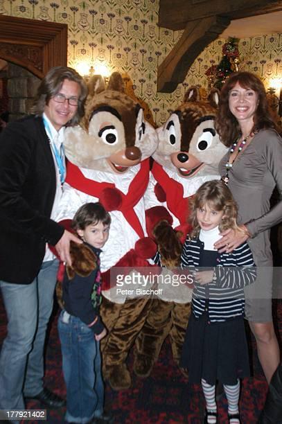 Sylvia Laubenbacher Ehemann Percy Hoven Sohn Taro Tochter Yuma Disneymitarbeiter als AHörnchen und BHörnchen EröffnungsGala Eröffnung der...