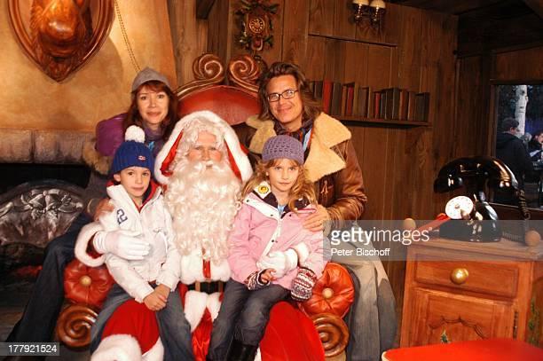 Sylvia Laubenbacher Ehemann Percy Hoven Tochter Yuma Sohn Taro Disneymitarbeiter als Weihnachtsmann Eröffnung der Weihnachtssaison 2008 Disneyland...