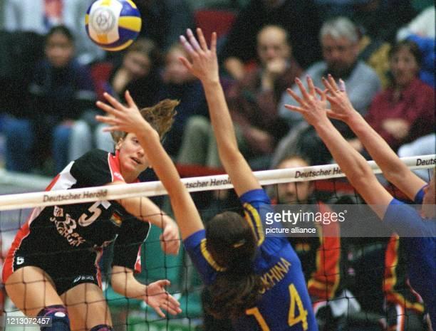 Sylvia Roll schmettert den Ball am über das Netz und überwindet den ukrainischen Block von Yuliya Shelukhina und Iryna Schukowa . In ihrem ersten...