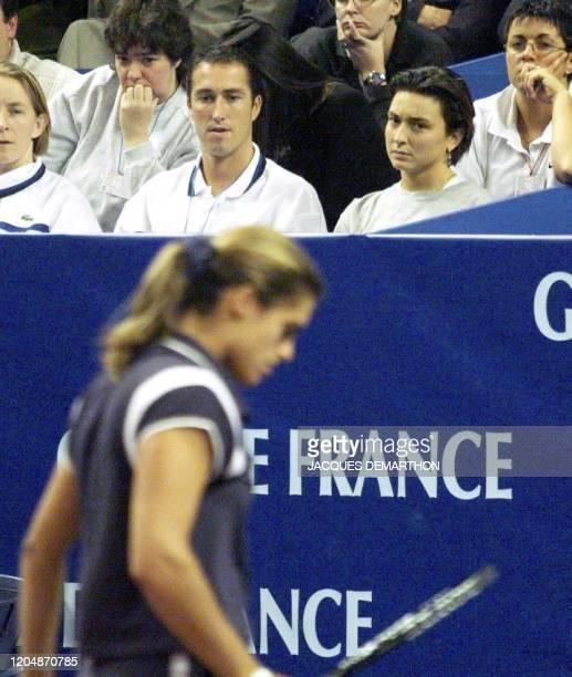 Sylvie Bourdon son amie et Christophe Fournière son entraîneur regardent la Francaise Amélie Mauresmo pendant le match contre sa compatriote Laurence...