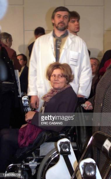 Sylvie Rouy 35 ans contaminée à la suite d'une transfusion lors de l'accouchement de son premier fils en 1985 arrive à la première audience de la...