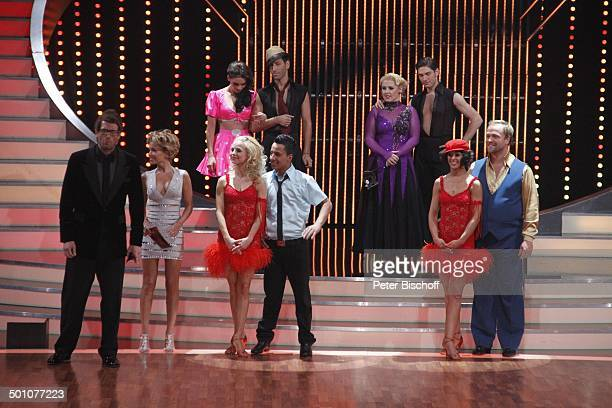 """Sylvie van der Vaart, Daniel Hartwich , Thomas Karaoglan alias """"Der Checker"""" mit Tanzpartnerin Sarah Latton, Moritz A. Sachs mit Tanzpartnerin..."""