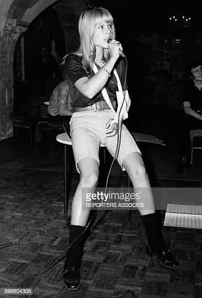Sylvie Vartan chante avec un bras dans le plâtre quelques semaines après son grave accident de voiture circa 1960 en France
