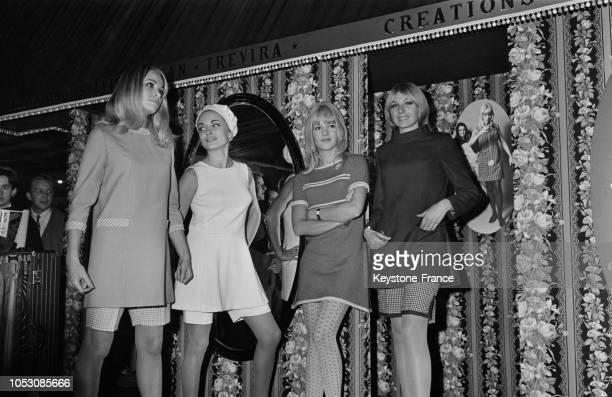 Sylvie Vartan entourée de ses mannequins qui portent une robe unique assortie d'un bermuda au salon du prêtàporter à Paris France le 6 novembre 1967