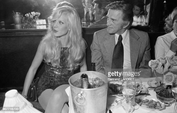 Sylvie Vartan et Kirk Douglas lors d'un dîner chez Maxim's le 28 septembre 1971 à Paris France