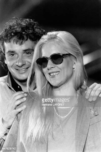 Sylvie Vartan et Michel Sardou sur le plateau de l'emisssion de Guy Lux Cadence 3 dans laquelle ils ont presente les chansons qu'ils viennent...