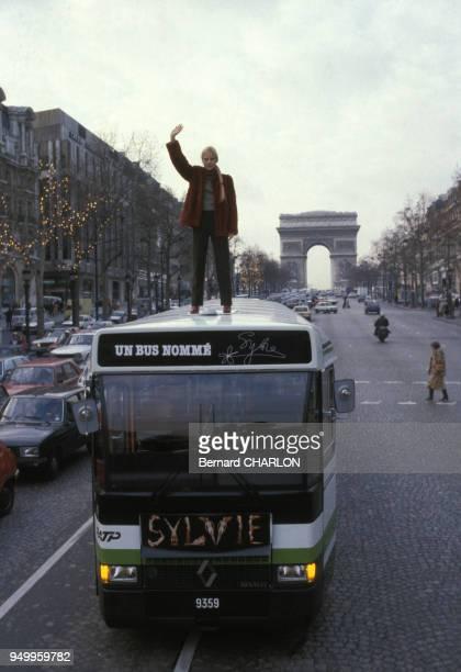 Sylvie Vartan marraine des nouveaux autobus de la RATP sur les ChampsElysées le 2 décembre 1981 à Paris France