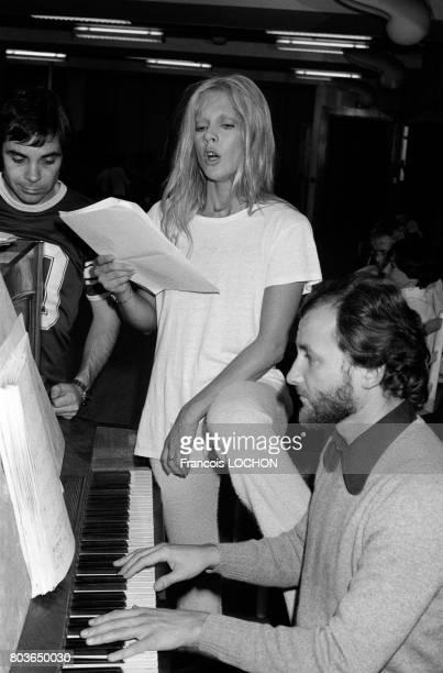 Sylvie Vartan répète dans les studios des Buttes Chaumont à Paris le 17 septembre 1975 en France