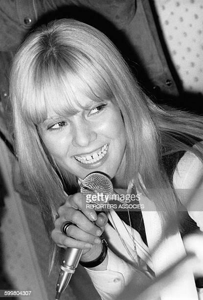 Sylvie Vartan souriante quelques semaines après son grave accident de voiture circa 1960 en France