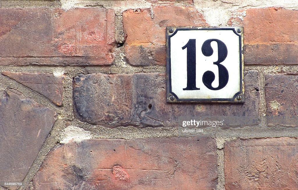 Aberglaube Unglück symbol aberglauben pech unglück haus nummer 13 pictures getty