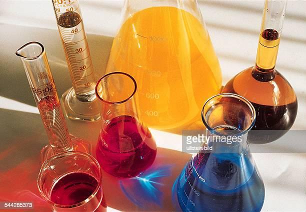 Symbol Chemie Farbstoffe Zusatzstoffe Reagenzglaeser mit diversen farbigen Fluessigkeiten