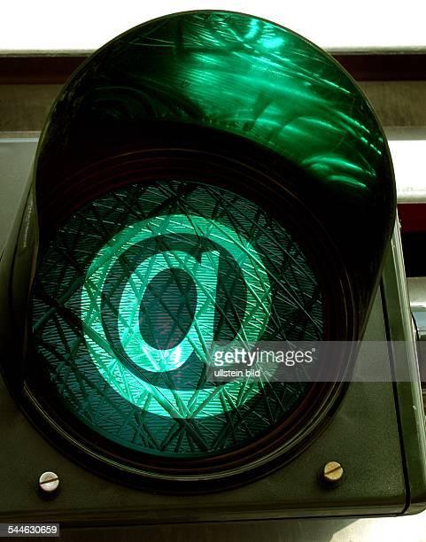 Symbol elektronische Post EMail gruene Ampel mit @Zeichen