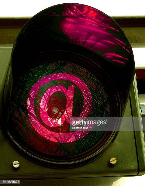 Symbol elektronische Post EMail rote Ampel mit @Zeichen