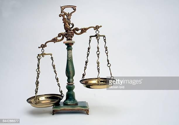 Symbol Gerechtigkeit Justiz Rechtswesen Waage mit leeren Waagschalen