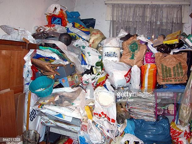 Symbol Messies Unordnung Chaos mit Muell angefuellte Wohnung 2005