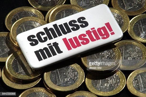 Symbol Reformen Agenda 2010 Hartz IV Steuerreform Finanzkrise 1EuroJobs 1 Euro Münzen und Schild 'Schluss mit lustig'
