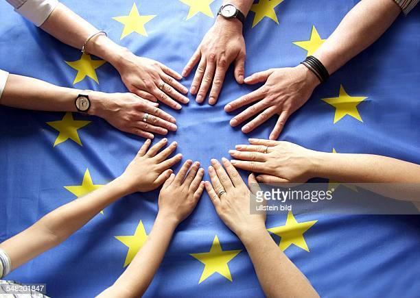 Symbolbild Hände auf einer Europafahne Europäische Gemeinschaft