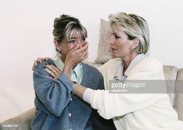 Ältere Frau tröstet weinende jüngere Frau Aufgenommen um 2000