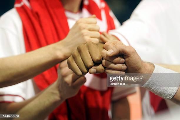 Symbolbild Team Gruppe Zusammenhalt Geste von Sportlern die sich einschwoeren