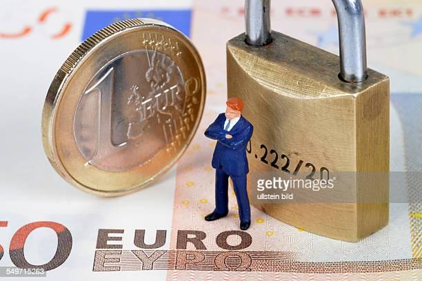 Symboldbild Sicherheit Miniaturfigur Euro Vorhaengeschloss