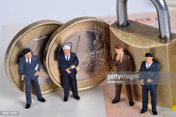 Symboldbild Sicherheit Miniaturfiguren Euro Vorhaengeschloss