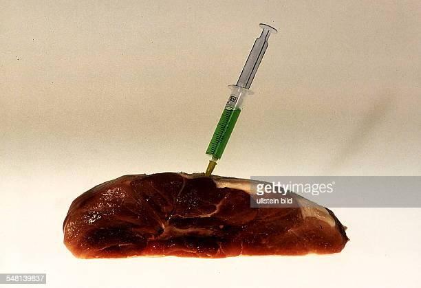 Symbolfoto Hormone im Fleisch medizische Spritze steckt in einem Stück Fleisch Dezember 1995