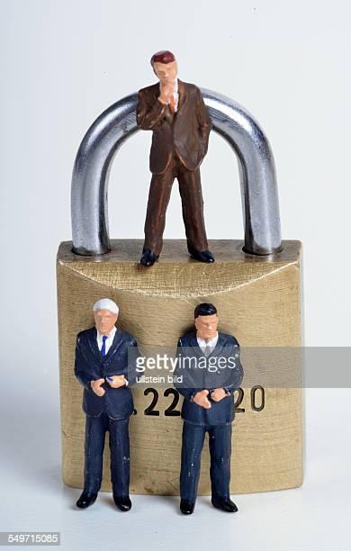 Symbolfoto Miniaturfiguren Vorhängeschloß