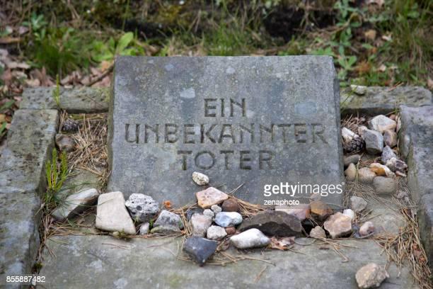 symbolic anonymous grave - campo di concentramento di bergen belsen foto e immagini stock