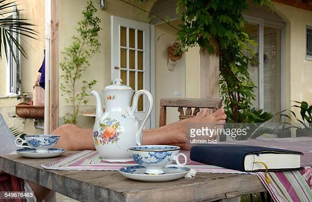 Symbolic Sommerpause Erholung Entspannung Frau Füsse hochlegen