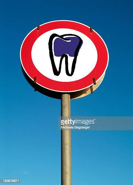 Symbolic traffic sign tooth