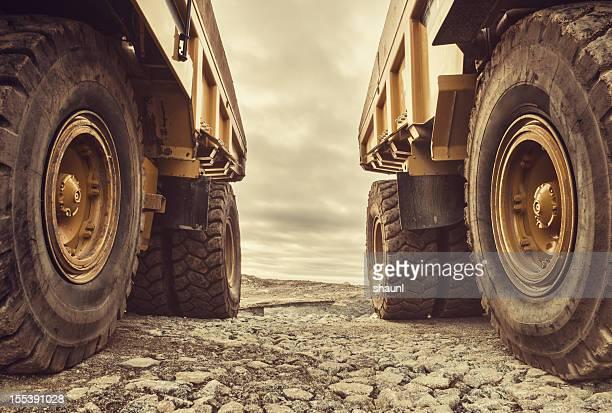 symmetrische dump truck - baumaschine stock-fotos und bilder