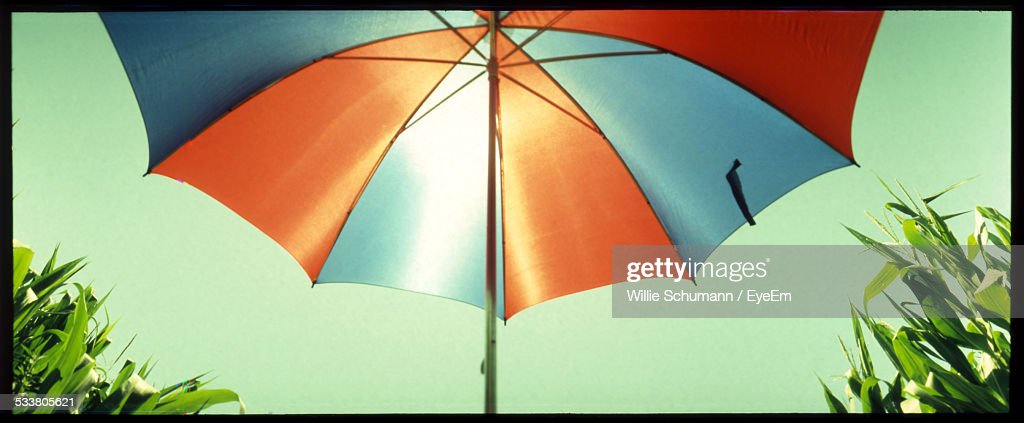 Symmetrical, Low Angle View Of Red And Blue Sunshade : Foto stock
