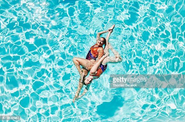 synchronized swimmers performing routine - esporte aquático - fotografias e filmes do acervo